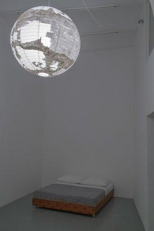 Félix González-Torres, Mina Lunzer, Jan Timme: Ready to Sleep (Arbeitstitel), curated by Sabeth Buchmann, Galerie Mezzanin Vienna, 03.10.–08.11.2014, Image 8
