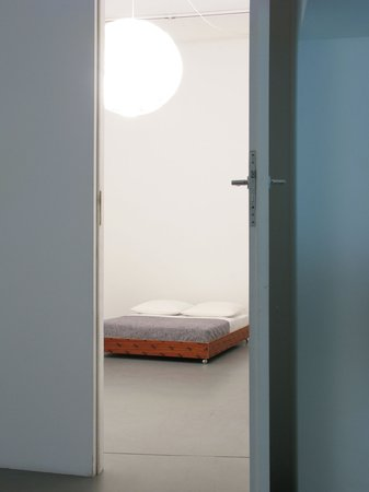 Félix González-Torres, Mina Lunzer, Jan Timme: Ready to Sleep (Arbeitstitel), curated by Sabeth Buchmann, Galerie Mezzanin Vienna, 03.10.–08.11.2014, Image 7